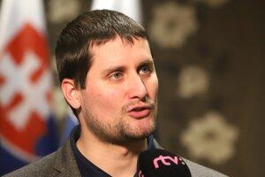 Voľby 2020: Podpredseda ĽSNS Martin Beluský vo volebnej centrále strany po zverejnení prvých volebných odhadov v Banskej Bystrici.