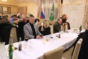 Voľby 2020: Atmosféra vo volebnej centrále Kotlebovci - ĽSNS počas volebnej noci v Sliači.