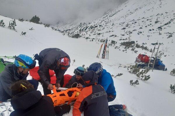 Zranenú skialpinistku transportovali záchranári na Štrbské Pleso, odkiaľ ju posádka rýchlej lekárskej pomoci odviezla do nemocnice.