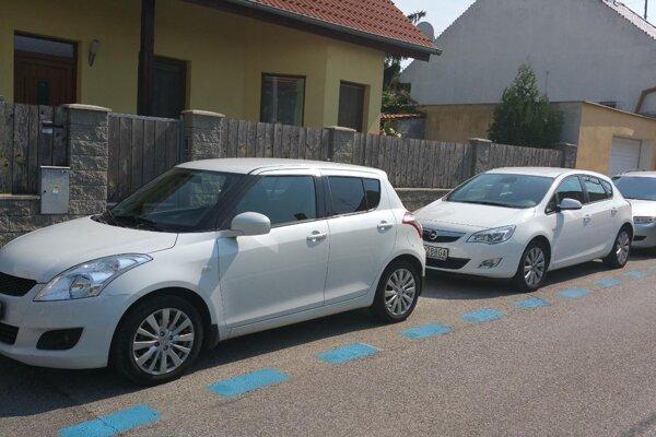 Modré čiary označujú v Nitre platené parkovacie miesta.