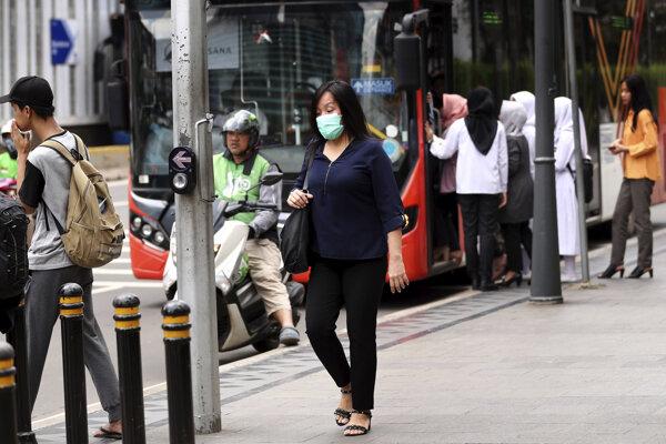 Chodci na ulici indonézskej Jakarty.