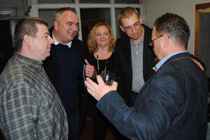 Zľava Kizek, Lukáč, Leščáková, Paľa, Turčan počas víťaznej volebnej noci v župných voľbách 2017.