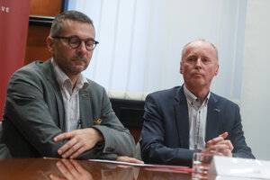 Dekan FIIT STU Ivan Kotuliak a predseda akademického senátu STU Marián Peciar.