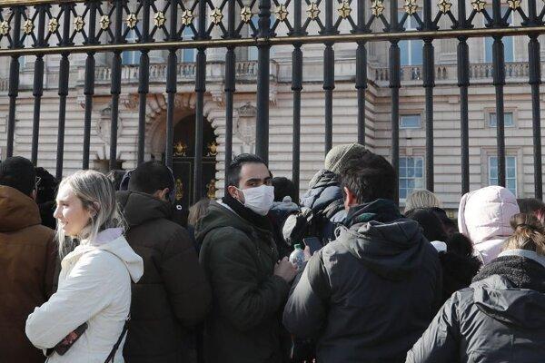 Turisti pred Buckinghamským palácom v Londýne.