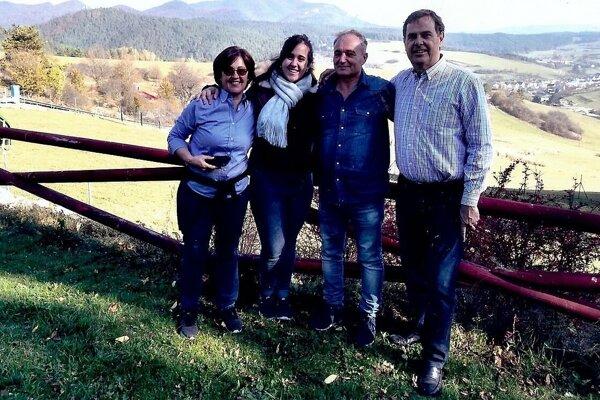 Esteban Belavi (sprava) prišiel z Argentíny aj s manželkou Cecíliou (celkom zľava) a dcérou Máriou Cecíliou. Na fotografii s Jánom Belavým z Pružiny (Chmeliska).
