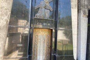 Rodinná hrobka, kde je pochovaný Matias Belavi.