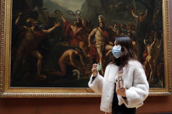 Návštevníčka parížskej galérie Louvre.