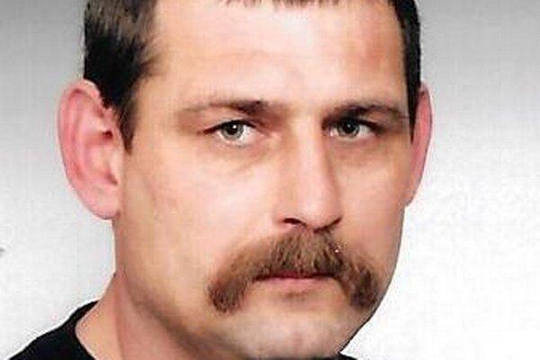 Jozef Pecár je 165 cm vysoký, štíhlej postavy, má krátke vlnité prešedivelé  vlasy, pod  nosom má hnedé prešedivelé fúzy, modré oči. Zdanlivý vek muža je totožný s fyzickým vekom, a to od 50-55 rokov.
