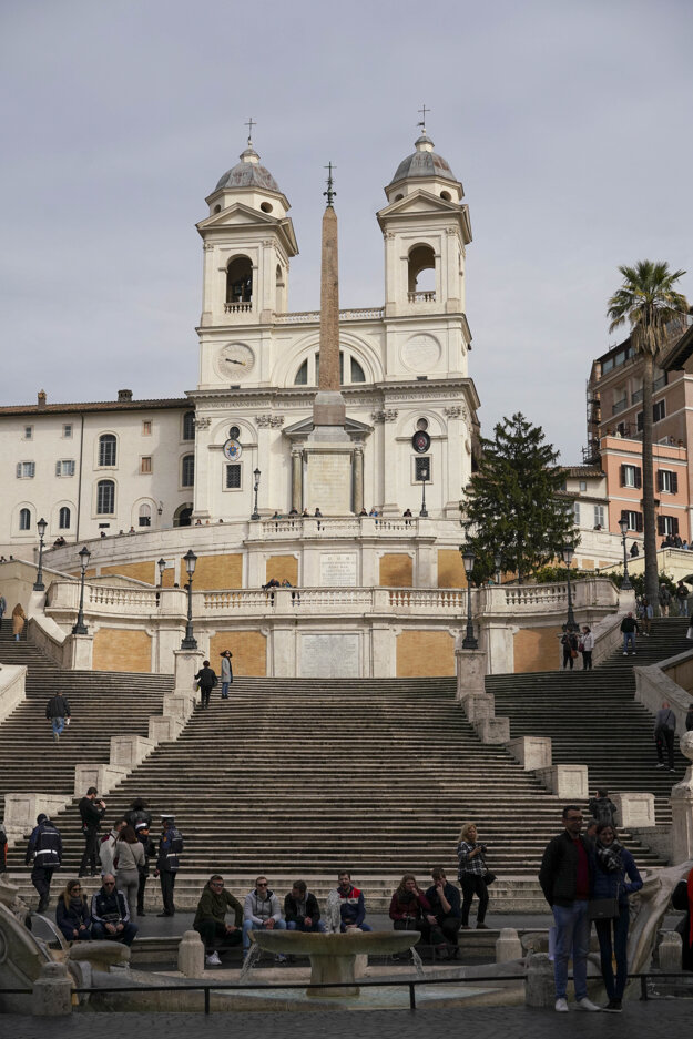 Len málo turistov sa v týchto dňoch zhromažďuje pred Španielskymi schodmi v Ríme.