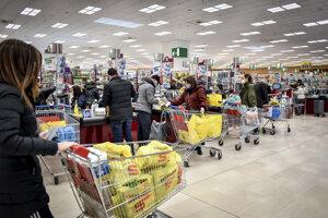 Ľudia nakupujú potraviny v jednom z milánskych supermarketov.