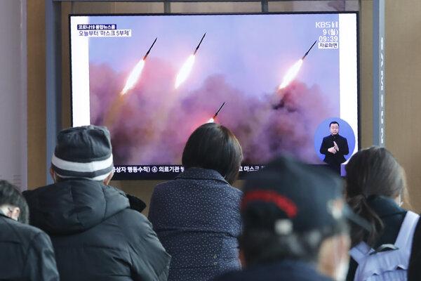 Ľudia na železničnej stanici v Soule sledujú prenos z odpálenia striel z KĽDR.
