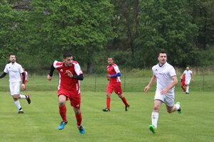 Hráči Plášťoviec (v bielom) sa napriek štvrtému miestu po jesennej časti museli odhlásiť zo súťaže. Dôvodom bol problém, ktorý trápi väčšinu klubov vokrese, ale aj na Slovensku.