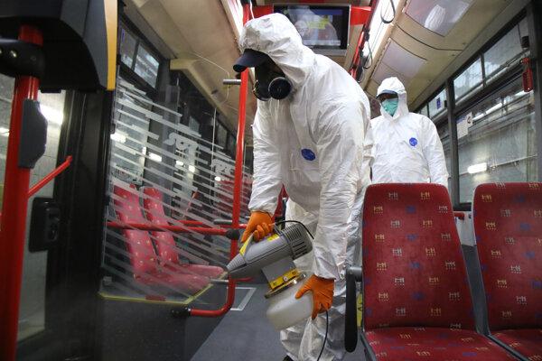 Autobusy dezinfikujú metódoou zahmlievania aerosolovým generátorom.