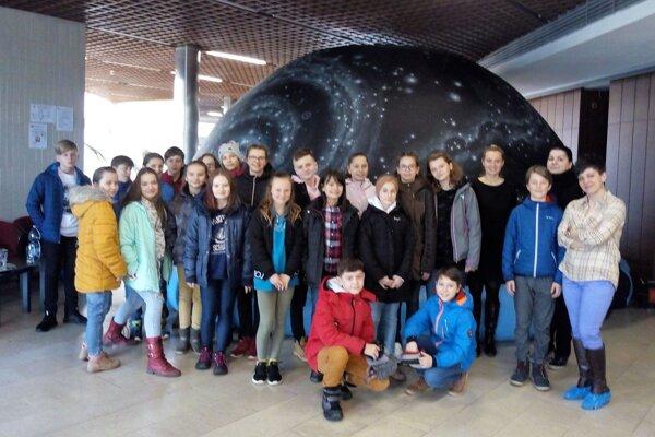Jedna zo skupín žiakov, ktorí využili príležitosť navštíviť planetárium.