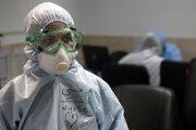 Sestra v ochrannom oblečení v priestoroch pre ľudí infikovaných novým koronavírusom v nemocnici v Teheráne 8. marca 2020.