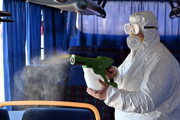 Aplikácia polymérovej dezinfekcie s dlhodobým účinkom elektrostatickým aplikátorom.