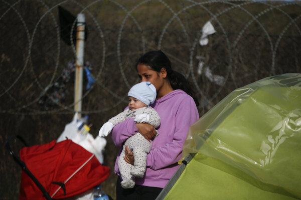 Žena s dieťaťom v Pazarkule blízko turecko-gréckych hraníc 8. marca 2020.