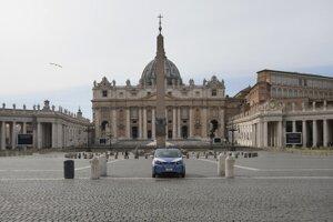 Policajné auto na prázdnom Námestí sv. Petra po tom, ako Vatikán postavil zátarasy na okraji námestia v Ríme.