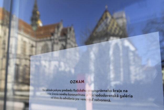 Oznam na dverách o zatvorení Východoslovenskej galérie.