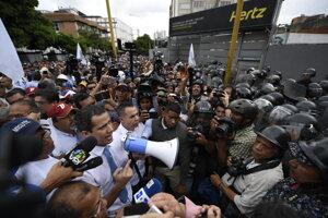 Líder opozície Juan Guaidó sa prihovára demonštrantom.