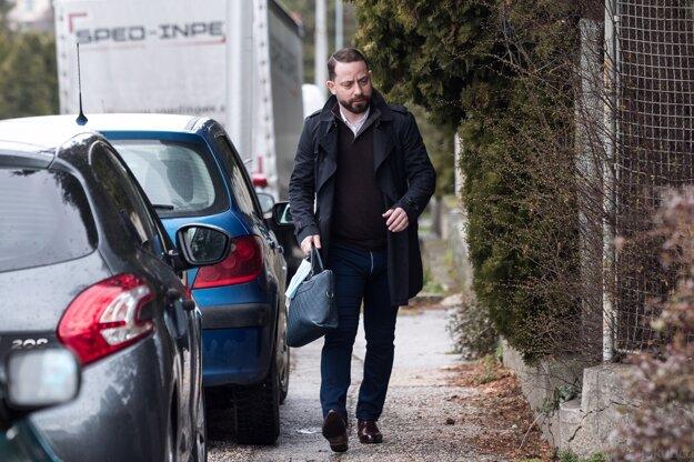Marek Para prichádza na policajnú stanicu v Nitre.