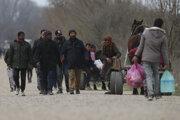 Na snímke migranti kráčajú neďaleko turecko-gréckej hranice v Pazarkule 10. marca 2020.