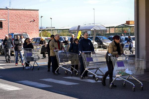 Obyvatelia Ríma čakajú v rade pred obchodom.