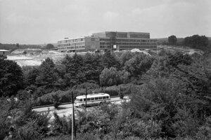 Na archívnej snímke z 25. júna 1968 v Bratislave výstavba televízneho centra.