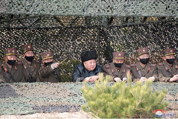 Kim Čong-un dohliada na delostreleckú súťaž 12. marca 2020. Fotografiu poskytli severokórejské úrady, nezávislí novinári sa na akcii nemohli zúčastniť.