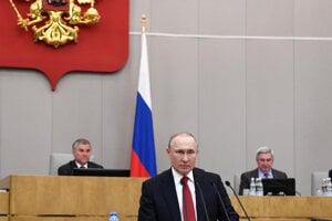 Vladimir Putin počas prejavu v dume.