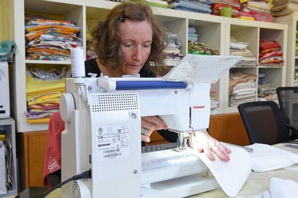Na snímke pracovníčka chránenej dielne Prvosienka šije na šijacom stroji ochranné rúško na tvár z bavlny v Liptovskom Hrádku