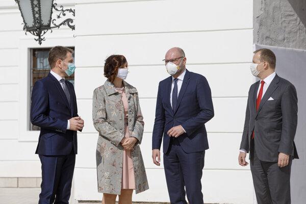 Lídri strán predstúpili pred novinárov s rúškami.