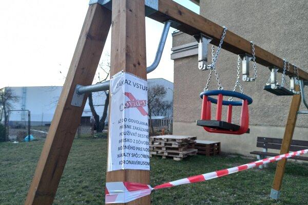 Detské ihriská sú opáskované a vyznačené zákazom.
