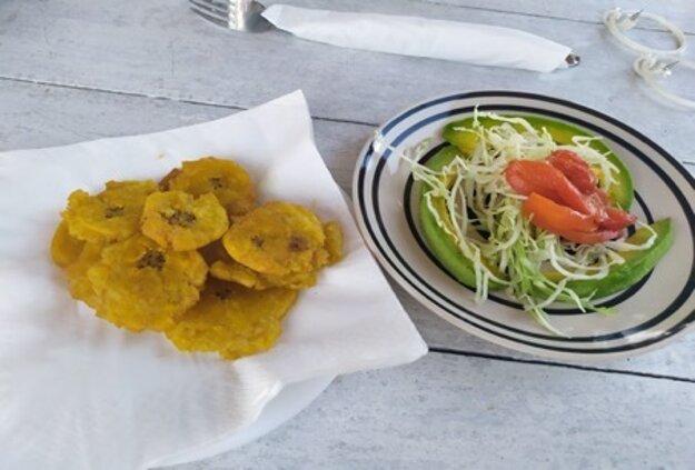 Tostones s čerstvým avokádovým šalátom.