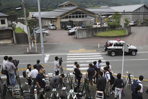 Novinári pred zariadením, kde zamestnanec zabil 19 handicapovaných ľudí.
