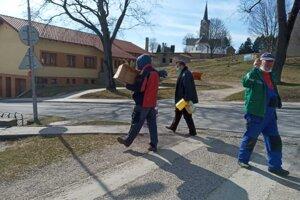 Materiál na rúška aj dezinfekčné prostriedky priviezli v pondelok popoludní do Markušoviec.