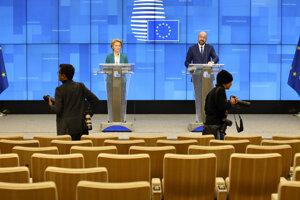 Predseda Európskej rady Charles Michel (vpravo) a predsedníčka Európskej komisie Ursula von der Leyenová počas tlačovej konferencie po videokonferencii s lídrami G7 v sídle Európskej rady v Bruseli.