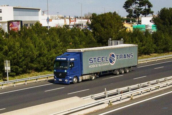 Kamión z flotily spoločnosti Steel Trans.