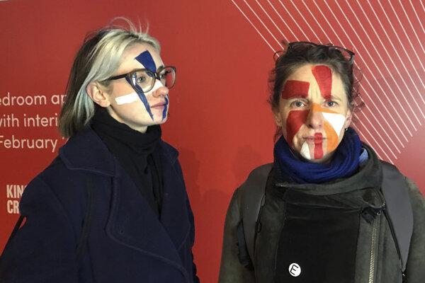 Umelkyne Georgina Rowlands (vľavo) a Anna Hart sú jednými zo spoluzakladateliek klubu Dazzle Club.