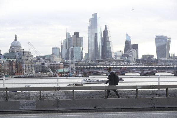 Žena kráča po prázdnom moste Waterloo Bridge v Londýne 17. marca 2020.