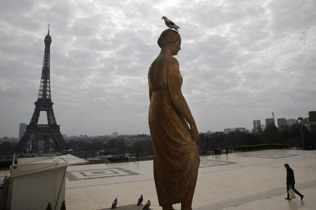 Prázdne námeste Trocadero v Paríži.