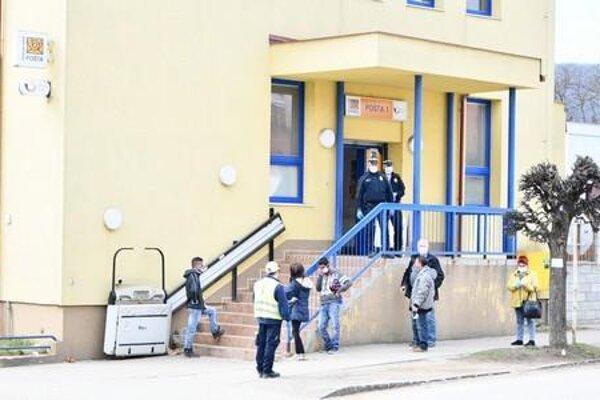 Mestská polícia v Rožňave dohliada aj na vyplácanie sociálnych dávok pri pobočkách Slovenskej pošty a v budove mestského úradu.