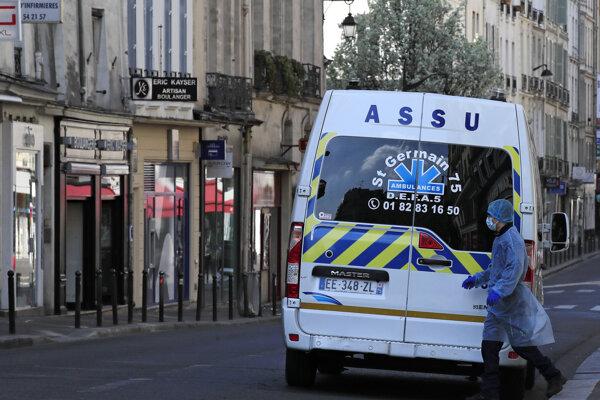 Sanitka na ulici v Paríži.