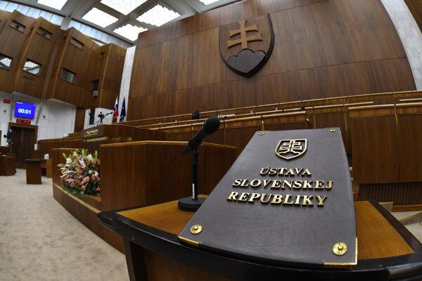 Poslanci zložili sľub na Ústavu SR.