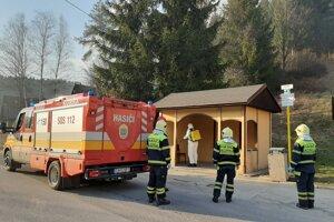 Zastávky dezinfikujú miestni dobrovoľní hasiči.