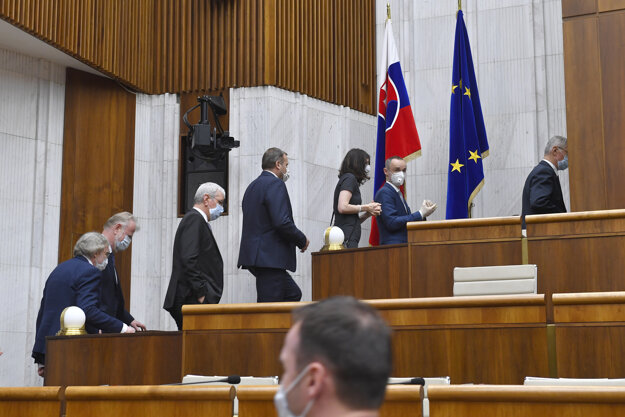 Poslanci prichádzajú na tajnú voľbu predsedu Národnej rady.