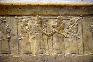 Novoasýrsky panovník Shalmaneser III (vpravo) podaním ruky potvrdzuje svoju podporu babylonskému panovíkovi.