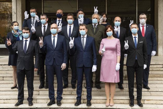 Spoločná fotografia členov novovymenovanej vlády.