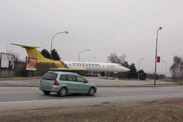 Ruský Tupolev pred letiskom už nenájdete. Ešte pred dvomi rokmi ho previezli do leteckého múzea v Dubnici nad Váhom. Po kompletnej obnove ho dnes tam vystavujú.
