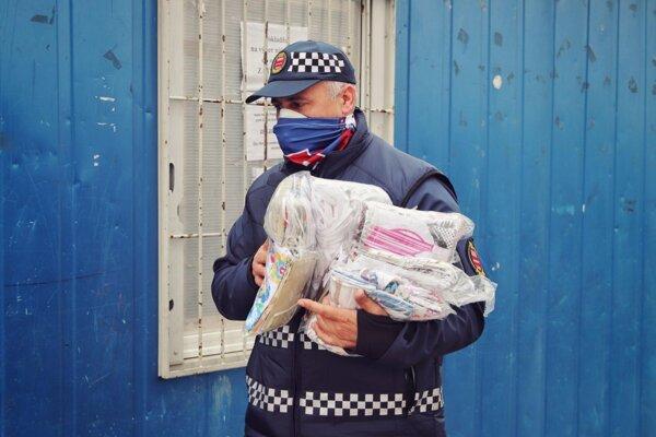 Pri rozdávaní rúšok pomáhali aj mestskí policajti.